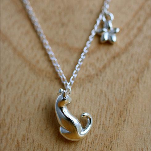 猫リング「ネコと花」とお揃いになった猫モチーフのネックレスです。 あなたは指輪派ですか? それともネックレス派ですか?